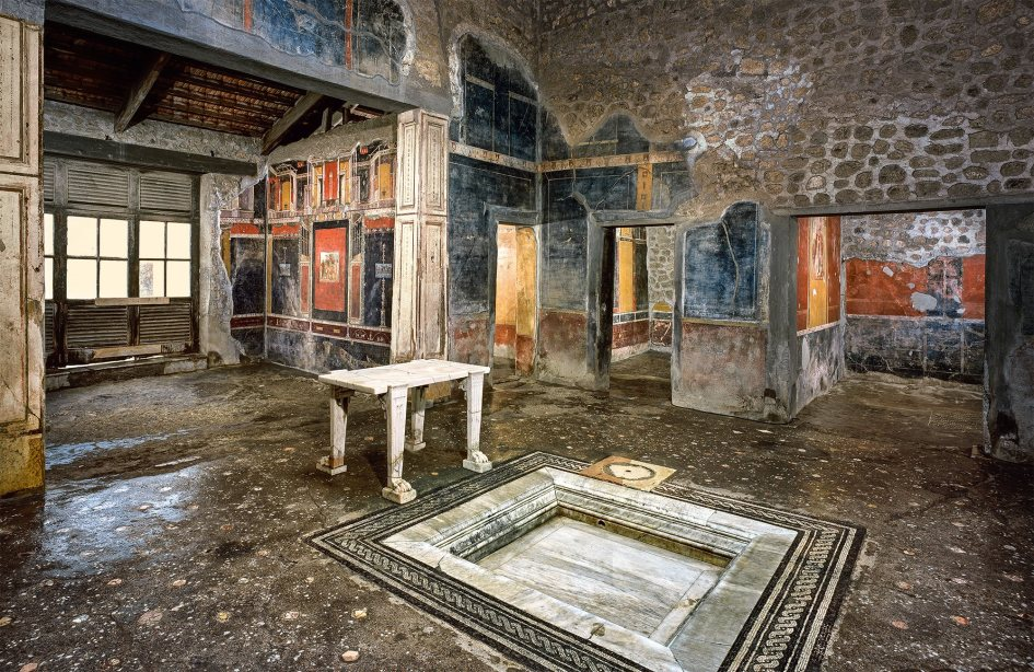 https://latunicadeneso.files.wordpress.com/2015/05/pompeya-domus-fronton.jpg?w=945&h=615