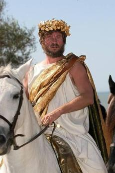 Val Kilmer, caracterizado como Filipo II, quien perdió un ojo en una batalla.