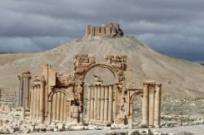 El Arco del Triunfo y una vista parcial de la antigua ciudad de Palmira, el 14 de marzo de 2014 en este monumento histórico a 215 kilómetros al noreste de Damasco AFP / Joseph Eid