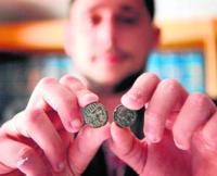 Francisco Jordi Páez, mostrando dos de las monedas 'Cerit' del siglo I y II a.C. mejor conservadas