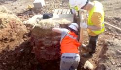 Arqueólogos extrayendo el horno en la mina de Riotinto. / Foto: Boletín Proyecto Riotinto.
