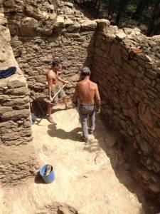 Trabajos en el interior de una de las torres de la muralla de Samalús. MARC GUÀRDIA